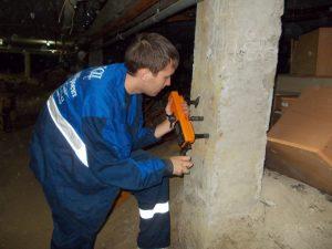Испытание бетона колонны при обследовании